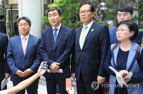 From L to R, incumbent and former lawmakers Kang Gi-jung, Lee Jong-kul, Moon Byeong-ho and Kim Hyun speak to reporters at the Seoul High Court on July 6, 2017, after they were found not guilty by the appellate court of suspected illegal confinement of a spy agency official. (Yonhap)