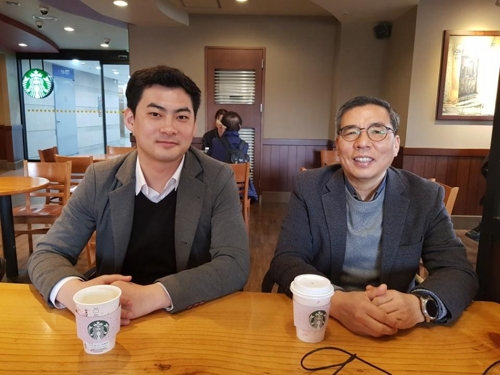 In this photo taken March 28, 2018, water sommelier Kim Ha-neul (L) and Ko Jae-youn, president of the Korea International Sommelier Association (KISA), pose for a photo after an interview with Yonhap News Agency at a Starbucks coffee shop in Mapo, western Seoul. (Yonhap)