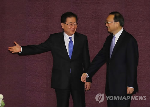 Chung Eui-yong (L), top security advisor to South Korean President Moon Jae-in, ushers Chinese State Councilor Yang Jiechi into the venue for their talks at a Seoul hotel on March 29, 2018. (Yonhap)