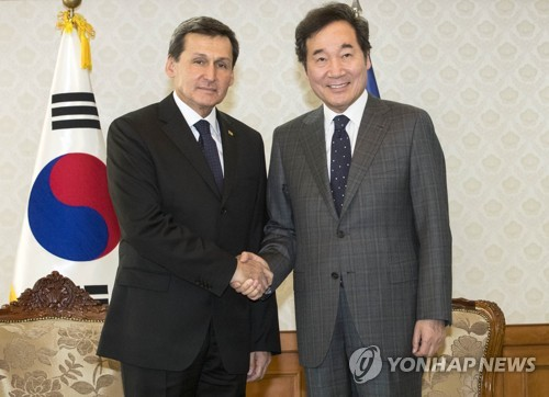 Prime Minister Lee Nak-yon (R) shakes hands with Turkmenistan's Deputy Prime Minister Rashid Meredov during a meeting in Seoul on March 30, 2018. (Yonhap)