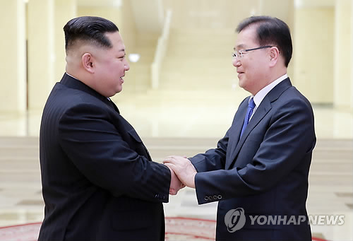 This photo provided by the presidential office Cheong Wa Dae shows North Korean leader Kim Jong-un (L) shaking hands with Chung Eui-yong, the top security advisor to South Korean President Moon Jae-in, during their meeting in Pyongyang on March 5, 2018. (Yonhap)