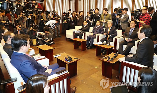 National Assembly Speaker Chung Sye-kyun (front row, R) presides over a meeting with floor leaders of the three major parties to discuss an agenda including the government proposal to revise the Constitution in the parliament on March 26, 2018. (Yonhap)