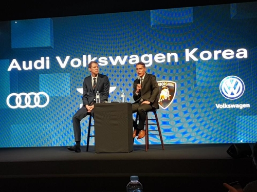 In this photo taken April 6, 2018, Group Managing Director Rene Koneberg at Audi Volkswagen Korea (R) answers questions from reporters in a press conference held at the Grand Hyatt Hotel in Seoul, with Group Managing Director Marcus Hellmann. (Yonhap)