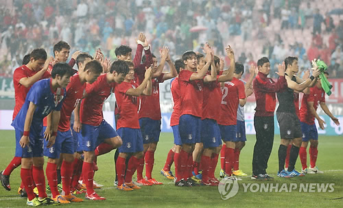 In this file photo taken Sept. 10, 2013, South Korean national football team players show their respect to fans after they lost 2-1 to Croatia in a friendly match at Jeonju World Cup Stadium in Jeonju, North Jeolla Province. (Yonhap)