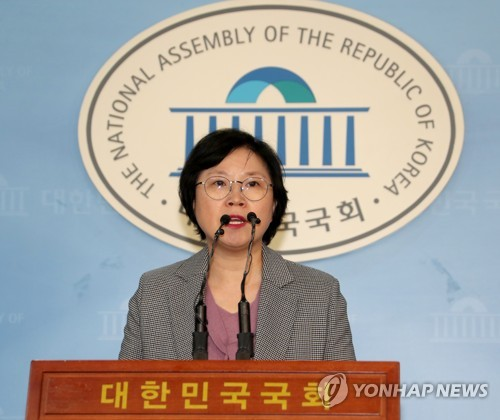 This photo, taken Feb. 7, 2018, shows Kim Hyun, the spokeswoman of the ruling Democratic Party, speaking during a press conference at the National Assembly in Seoul. (Yonhap)