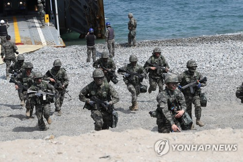 This undated file photo shows South Korean and U.S. marines holding a combined training exercise. (Yonhap)