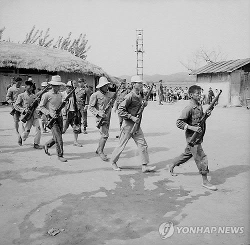 South Korean reserve troops in rubber shoes practice at a training site in Siheung, Gyeonggi Province, in this photo taken in 1968 and provided recently by the National Archives of Korea. (Yonhap)