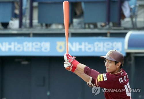 In this file photo from Sept. 17, 2017, Nexen Heroes outfielder Lee Jung-hoo gets a base hit against the NC Dinos in a Korea Baseball Organization regular season game at Masan Stadium in Changwon, 400 kilometers southeast of Seoul. (Yonhap)