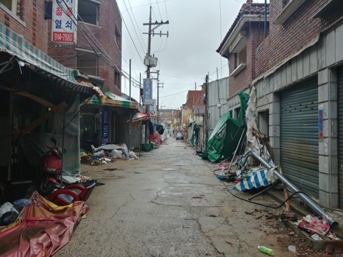 Cho Han-jeong's neighbors have all moved out. The once-lively place is now practically a ghost town. (Yonhap)