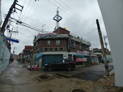 Cho Han-jeong's two story house is the only one in Jangwi-dong's seventh zone still inhabited. (Yonhap)