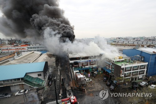 Thick smoke is seen coming out of a chemical plant that has caught fire in Incheon, west of Seoul, on April 13, 2018. (Yonhap)
