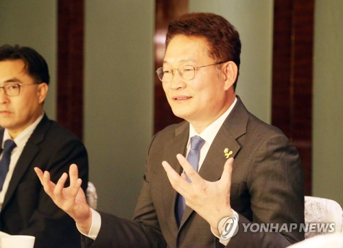 Song Young-gil, who heads the Presidential Committee on Northern Economic Cooperation, speaks during a meeting with reporters in Bejing on April 14, 2018. (Yonhap)