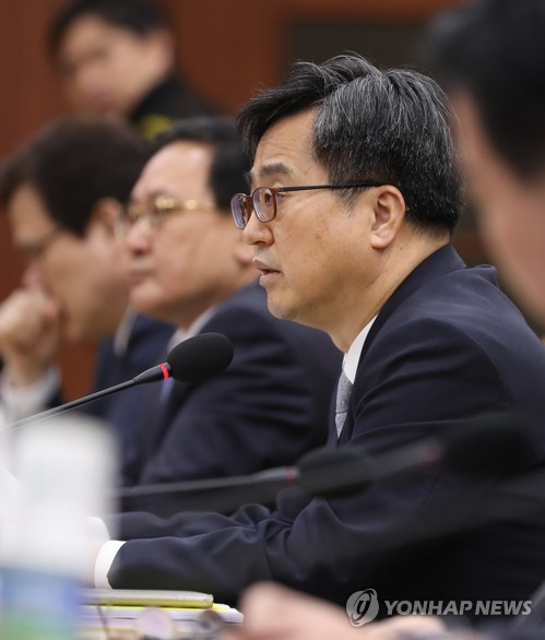 Finance Minister Kim Dong-yeon speaks during a economy ministers meeting in Seoul on April 16, 2018. (Yonhap)