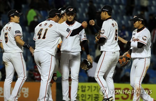 In this file photo from April 12, 2018, members of the Hanwha Eagles celebrate their 15-4 win over the Kia Tigers in a Korea Baseball Organization game at Hanwha Life Eagles Park in Daejeon, 160 kilometers south of Seoul. (Yonhap)