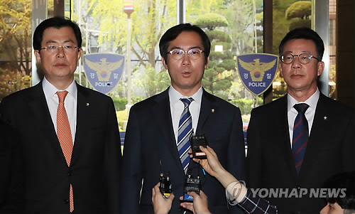 Rep. Kim Young-woo (C) of the main opposition Liberty Korea Party, speaks to the press during a visit to the Seoul Metropolitan Police Agency in Seoul on April 16, 2018. (Yonhap)