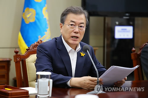 President Moon Jae-in speaks during a meeting with his senior secretaries at the presidential office Cheong Wa Dae in Seoul on April 16, 2018. (Yonhap)