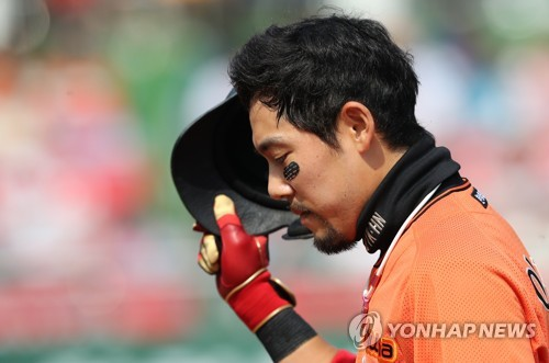 In this file photo from April 30, 2017, Lee Yong-kyu of the Hanwha Eagles reacts after a fly out against the Nexen Heroes in the bottom of the third inning in a Korea Baseball Organization regular season game at Hanwha Life Eagles Park in Daejeon, 160 kilometers south of Seoul. (Yonhap)