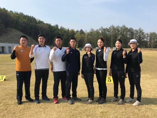 This photo provided by the Korea Archery Association on April 16, 2018, shows the archers who qualified for the 2018 Asian Games in Jakarta and Palembang, Indonesia, after the national team trials in Jincheon, 90 kilometers south of Seoul. From left: Oh Jin-hyek, Im Dong-hyun, Kim Woo-jin, Lee Woo-seok, Chang Hye-jin, Jung Dasomi, Kang Chae-young and Lee Eun-gyeong. (Yonhap)