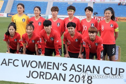 This photo taken by the EPA on April 10, 2018, shows South Korea women's national football team players posing for a photo before their AFC Women's Asian Cup match against Japan in Amman, Jordan. (Yonhap)