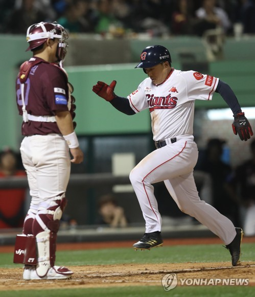 In this file photo from April 11, 2018, Son A-seop of the Lotte Giants (R) scores on a sacrifice fly against the Nexen Heroes during the bottom of the fifth inning in a Korea Baseball Organization regular season game at Munsu Baseball Stadium in Ulsan, 410 kilometers southeast of Seoul. (Yonhap)