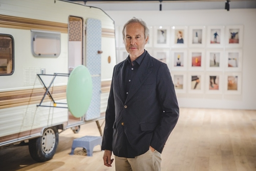 """This photo provided by Hyundai Card Storage shows Austrian artist Erwin Wurm at his first solo exhibition """"Erwin Wurm: One Minute Forever"""" at Hyundai Card Storage in Itaewon, central Seoul, on April 18, 2018. (Yonhap)"""