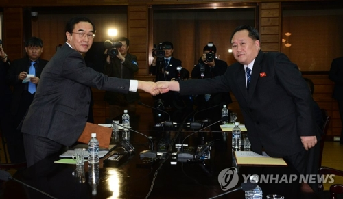 South Korea's Unification Minister Cho Myoung-gyon (L) shakes hands with Ri Son-gwon, chairman of North Korea's Committee for the Peaceful Reunification of the Country during a March meeting held at the truce village of Panmunjom. (Joint press corps-Yonhap)