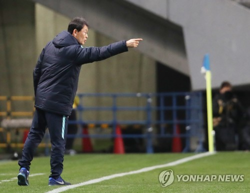 In this file photo taken Dec. 15, 2017, South Korea women's national football team head coach Yoon Duk-yeo gives direction to his players during a match between South Korea and China at the EAFF E-1 Championship at Soga Sports Park in Chiba, Japan. (Yonhap)