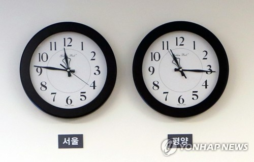 This photo, taken on April 29, 2018, shows two clocks showing a 30-minute gap between Seoul (L) and Pyongyang standard times hanging on a wall of the Peace House, the venue for an inter-Korean summit held on April 27. (Yonhap)