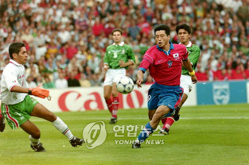 In this file photo taken June 13, 1998, South Korea's Kim Do-hoon (R) vies for the ball with Mexican players during the Group E match between South Korea and Mexico at the 1998 FIFA World Cup in France. (Yonhap)