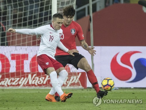 In this file photo taken March 27, 2018, South Korea's Kim Min-jae (R) defends against Poland's Piotr Zielinski during an international football friendly between South Korea and Poland at Silesian Stadium in Chorzow, Poland. (Yonhap)
