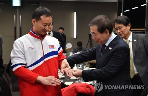 In this file photo taken on Feb. 12, 2018, Seoul Mayor Park Won-soon (2nd from R) meets a member of a visiting North Korean taekwondo demonstration team in Seoul. (Yonhap)