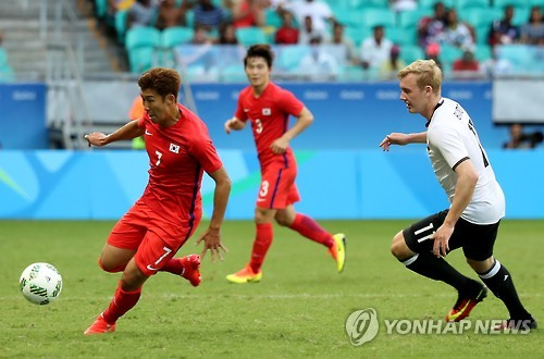 In this file photo taken on Aug. 7, 2016, South Korea's Son Heung-min (L) controls the ball against Germany's Julian Brandt during the Group C match in the men's football tournament at the Rio de Janeiro Summer Olympics in Brazil. (Yonhap)
