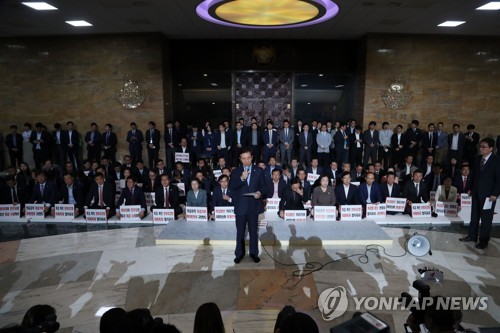 Members of the main opposition Liberty Korea Party hold a meeting in front of the entrance to the main National Assembly hall on May 14, 2018. (Yonhap)
