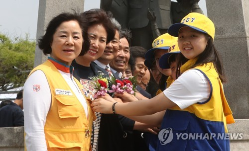(Yonhap Feature) Anti-graft law transforms how people mark Teachers' Day in S. Korea