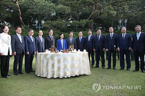 Senior officials from the government, the presidential office and the ruling party pose for a photo ahead of a trilateral meeting at the prime minister's residence in Seoul on May 15, 2018. (Yonhap)