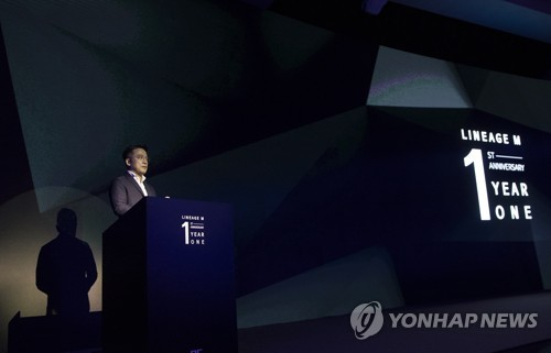 """NCSOFT CEO Kim Taek-jin talks to reporters on May 15, 2018, to celebrate the one-year anniversary of """"Lineage M."""" (Yonhap)"""