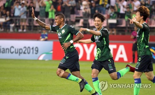 Jeonbuk Hyundai Motors forward Ricardo Lopes (L) celebrates with his teammates after scoring a goal in the AFC Champions League round of 16 second leg against Buriram United at Jeonju World Cup Stadium in Jeonju, North Jeolla Province, on May 15, 2018. (Yonhap)