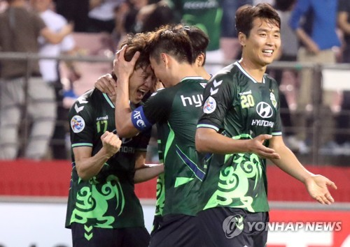Jeonbuk Hyundai Motors midfielder Lee Jae-sung (L) celebrates with his teammates after scoring a goal in the AFC Champions League round of 16 second leg against Buriram United at Jeonju World Cup Stadium in Jeonju, North Jeolla Province, on May 15, 2018. (Yonhap)