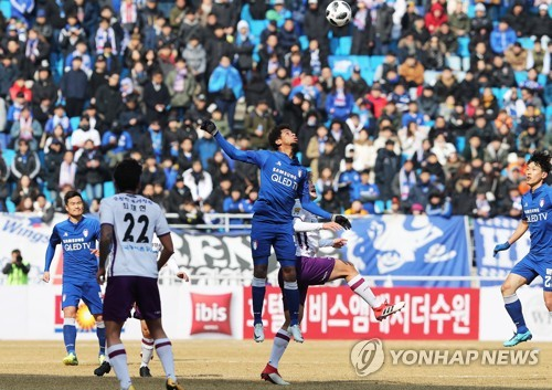 This file photo taken on March 1, 2018, shows players from the Suwon Samsung Bluewings and Jeonnam Dragons competing in their K League 1 match at Suwon World Cup Stadium in Suwon, Gyeonggi Province. (Yonhap)