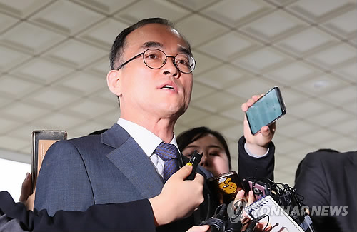 Prosecutor-General Moon Moo-il answers questions from reporters on his way to work on May 16, 2018, about his alleged interference in a special investigation team's case involving a politician and ranking prosecutors. (Yonhap)