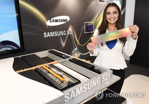 A model displays an electric vehicle battery at Samsung SDI Co.'s booth at the 2017 Frankfurt Motor Show on Sept. 12, 2017, in this photo provided by the Korean battery maker. (Yonhap)