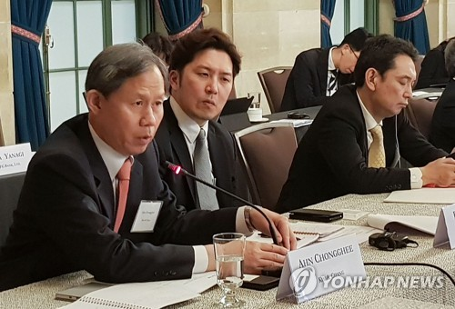 In this photo, provided by the Federation of Korean Industries, Ahn Chong-ghee, a senior official from South Korea's leading law firm Kim & Chang, speaks during a meeting with corporate representatives from the United States and Japan in Washington on May 15, 2018. (Yonhap)