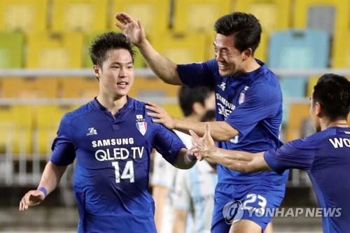 Suwon Samsung Bluewings forward Kim Gun-hee (L) celebrates with his teammates after scoring a goal in the second leg of the AFC Champions League round of 16 match against Ulsan Hyundai FC at Suwon World Cup Stadium in Suwon, Gyeonggi Province, on May 16, 2018. (Yonhap)