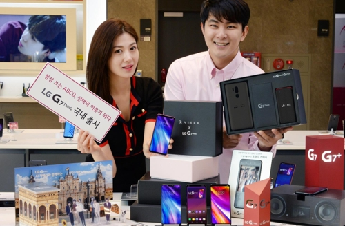 Models pose with LG Electronics Inc.'s G7 ThinQ smartphones in this photo released by the company on May 17, 2018. (Yonhap)