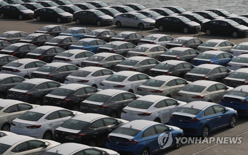 Hyundai Motor Co.'s cars are parked at a shipping port in the southeastern city of Ulsan on March 26, 2018. (Yonhap)