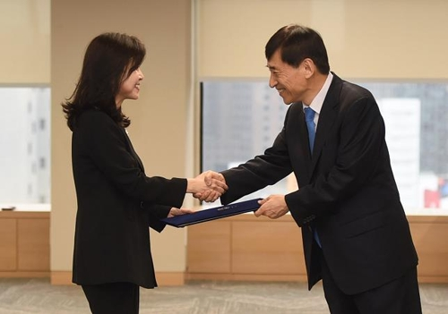 Bank of Korea (BOK) Gov. Lee Ju-yeol (R) shakes hands with Lim Ji-won, new BOK monetary policy board member, in a ceremony held at the central bank's Seoul headquarters on May 17, 2018, in this photo provided courtesy of the BOK. (Yonhap)