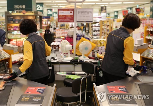 Cashiers at a supermarket chain in eastern Seoul are seen in this photo filed April 30, 2018. (Yonhap)