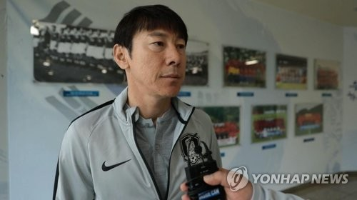 In this photo provided by the Korea Football Association (KFA) on May 22, 2018, South Korean men's national football head coach Shin Tae-yong speaks to a KFA reporter at the National Football Center in Paju, just north of Seoul. (Yonhap)