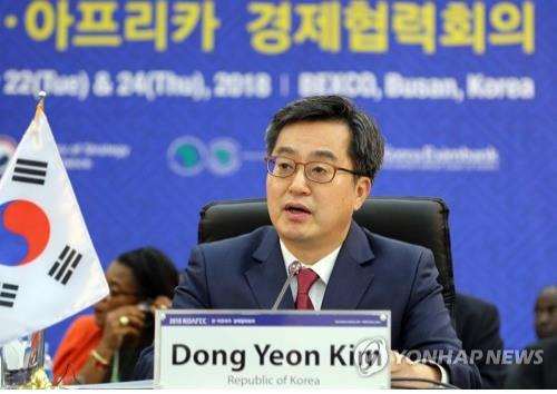 Finance Minister Kim Dong-yeon delivers a speech at the Korea-Africa Economic Cooperation (KOAFEC) gathering in Busan on May 22, 2018. (Yonhap)