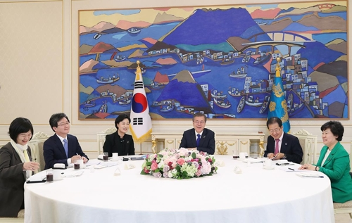 This image taken from the presidential Cheong Wa Dae website shows President Moon meeting with ruling and opposition party leaders on March 7, 2018. (Yonhap)